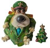 作为2018个新年的标志的装饰的西部高地白色狗狗与红色蝶形领结的、装饰弓和圣诞老人帽子和绿色chr 库存照片