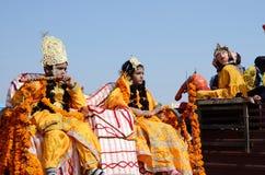 作为妻子Rukmini阁下和女孩打扮的男孩克里希纳和他的在普斯赫卡尔牛市场,拉贾斯坦,印度 库存照片