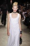 作为巴黎时尚星期一部分,模型走跑道在安德鲁GN展示期间 库存图片