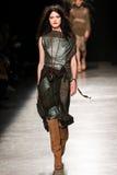 作为巴黎时尚星期一部分,模型走跑道在薇薇安・魏斯伍德展示期间 免版税库存图片