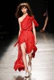作为巴黎时尚星期一部分,模型走跑道在薇薇安・魏斯伍德展示期间 免版税库存照片