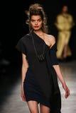 作为巴黎时尚星期一部分,模型走跑道在薇薇安・魏斯伍德展示期间 库存图片