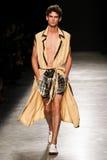 作为巴黎时尚星期一部分,模型走跑道在薇薇安・魏斯伍德展示期间 图库摄影