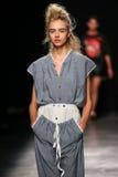 作为巴黎时尚星期一部分,模型走跑道在薇薇安・魏斯伍德展示期间 免版税图库摄影