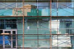 作为临时结构用于的脚手架在建造场所支持平台、形式工作和结构 larg的修理 免版税库存图片