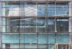 作为临时结构用于的脚手架在建造场所支持平台、形式工作和结构 larg的修理 库存照片