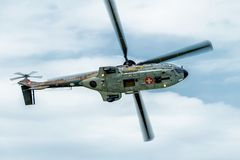 作为332瑞士空军队的超级美洲狮直升机的法国航太公司欧洲直升机公司在特技显示期间的 库存图片