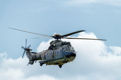作为332瑞士空军队的超级美洲狮直升机的法国航太公司欧洲直升机公司在特技显示期间的 免版税图库摄影