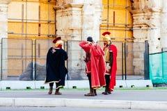 作为从罗马帝国的罗马战士打扮的艺人在罗马,意大利街道  图库摄影