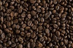 作为backgroundon的烤咖啡豆桌 库存照片