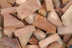 作为backround或用途完全被堆的被锯的木裁减使用作为玩具 免版税库存照片