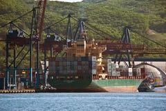 作为Catalania的站立在停泊处集装箱码头的集装箱船和福尔图纳 不冻港海湾 东部(日本)海 30 05 2014年 免版税库存照片
