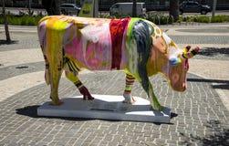 作为CowParade e一部分,五颜六色的小条绘了母牛在珀斯市 免版税库存照片