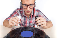 作为dj的年轻人工作戴耳机和眼镜 免版税图库摄影