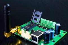 作为GSM通信装置一部分的被打开的西姆持卡者与天线 图库摄影