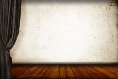 作为pisplay背景的一个旁边经典灰色帷幕和葡萄酒木质的地板 库存图片