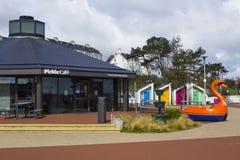 作为R使用的一明亮的红色天鹅pedalo n L 我 在Pickie乐趣公园的捐赠箱子曼格县沿海岸区的  免版税图库摄影