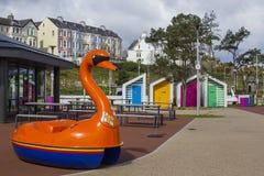 作为R使用的一明亮的红色天鹅pedalo n L 我 在Pickie乐趣公园的捐赠箱子曼格县沿海岸区的  免版税库存照片