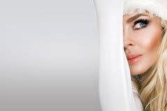 作为r的圣诞老人穿戴的美好的性感的白肤金发的女性模型 免版税库存照片