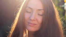 作和享用在阳光日落的美丽的年轻女人特写镜头太阳 股票视频