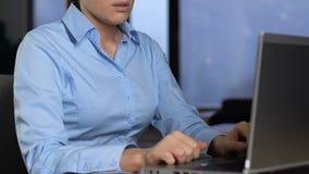 作坐的前面膝上型计算机,缺乏的被用尽的女性雇员兴趣 影视素材