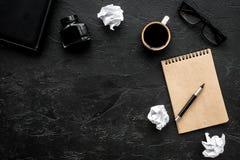 作家有笔记本、墨水、笔和玻璃黑暗的背景顶视图空间的办公桌文本的 库存照片