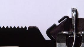 作家键入在打字机的爱 关闭 影视素材