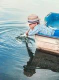 作小船的小男孩 库存图片