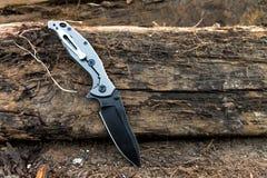 作战任务的刀子 有钛把柄的刀子 免版税图库摄影