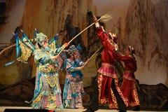 """作战在杨Family†的两位军队北京Opera""""妇女将军之间 库存图片"""