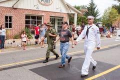 作战在每年乔治亚老战士天游行的退伍军人步行 图库摄影