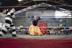作战的搏斗男性和女性的摔跤手在Cholitas 库存图片
