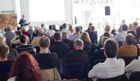 作报告的企业报告人在业务会议事件 库存图片