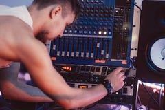 作曲家在录音室调整合理的盘区 库存照片