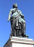 作曲家莫扎特的大雕象有背景蓝色 图库摄影