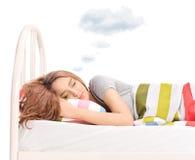 作梦与在头上的一朵云彩的妇女 免版税库存照片