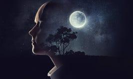 作梦与闭合的眼睛的小女孩 混合画法 库存照片