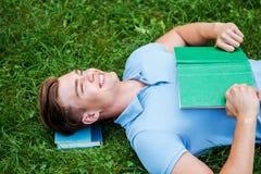 作梦与他喜爱的书的天 免版税图库摄影