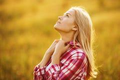 作梦关于某事的愉快的美丽的女孩 免版税库存照片