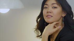 作梦和微笑对照相机的偶然女实业家画象 股票录像