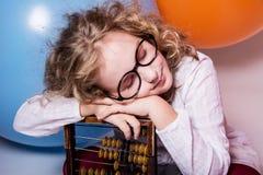 作梦在与眼睛的玻璃的青少年的女孩画象再关闭了 免版税库存图片