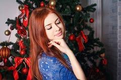 作梦在圣诞树附近 免版税库存图片