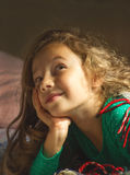 作梦在床上的逗人喜爱的小女孩画象  库存照片