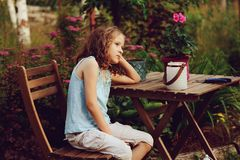 作梦在晚上夏天庭院里的愉快的浪漫儿童女孩 库存图片
