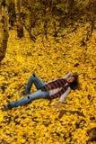 作梦在秋天叶子的天 免版税库存图片