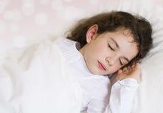 作梦的小女孩睡觉和 免版税库存图片