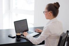 作梦美丽的女商人,当研究计算机在她的办公室时 免版税库存图片