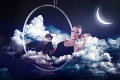 作梦肉欲的妇女和在晚上放松 免版税库存图片