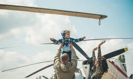 作概念 作梦关于在天空的飞行的小孩在飞机上 作梦是的小儿子试验在父亲 库存图片