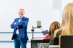 作演讲的学院教授在学院 免版税库存图片